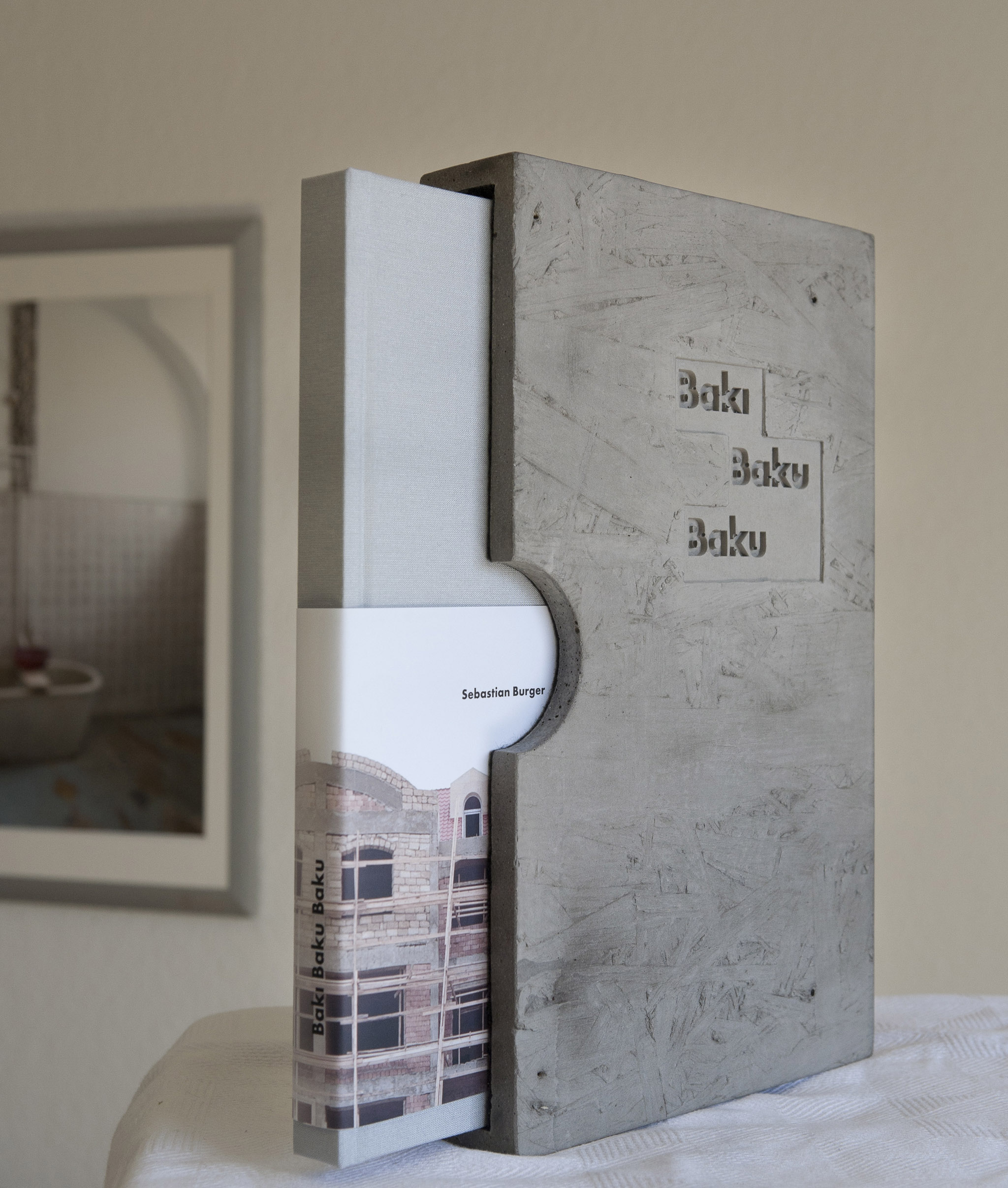 Eine art edition: Buch + hand gefertigter Beton-Schuber / art edition consisting of a book + hand made concrete slipcase